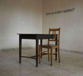 Vast: stoel, tafel en tekst, 70 x 150 x 80 cm
